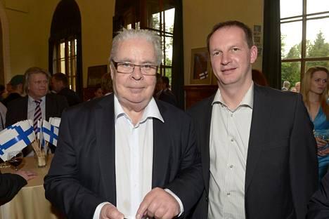 Jääkiekkoliiton entinen puheenjohtaja Kalervo Kummola (vas.) ja toimitusjohtaja Matti Nurminen Suomen suurlähetystön vastaanotolla Minskissä toukokuussa 2014.