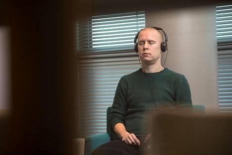 HS:n toimittaja Antti Tiainen harjoitteli usein meditointia työpisteensä lähellä sijaitsevassa neuvotteluhuoneessa.