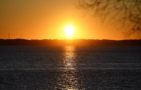 Auringonnousu helmikuun alussa Helsingissä näyttää vaikkapa tällaiselta.