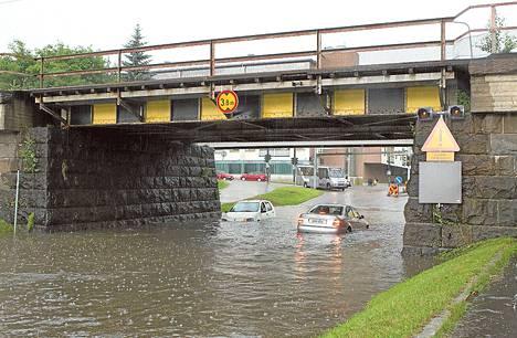 Kadut tulvivat rankkasateiden jäljiltä Oulussa Kajaanintiellä. <BR/>