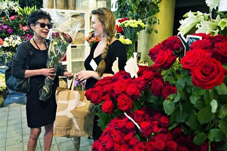 Päivi Peltokangas haki perjantaina ruusuja Runebergin kukasta, jossa häntä palveli Vilhelmiina Laakkonen. Suosituimmat ruusujen värit ovat edelleen punainen ja tummanpunainen.