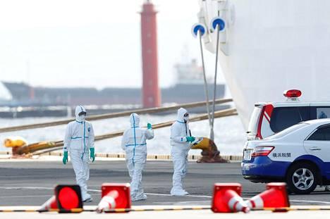 Japanin Jokohamassa eristyksissä olevalla Diamond Princess -risteilyaluksella on todettu kymmenen uutta koronavirustartuntaa. Työntekijät varautuivat siirtämään laivalta ihmisiä, joilla on todettu koronavirus.