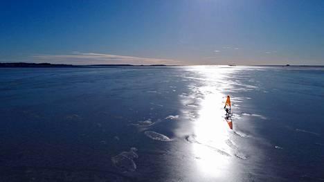 Jääpurjelautailua aurinkoisessa säässä Helsingissä.
