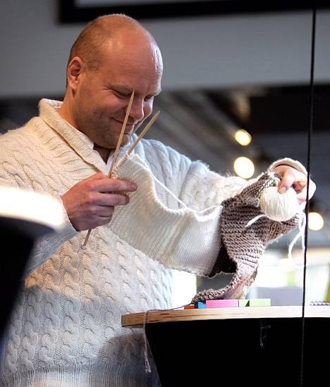 Tenori Petri Bäckström rentoutuu esityksen jälkeen neulomalla. Yllä on itse tehty palmikkoneulepusero. Villasukkaoopperassa hänen roolihahmonsa opetti tekemään villasukkaa.