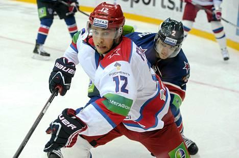 Ilari Filppula (vas.) vaihtaa Moskovan TsSKA:n värit sveitsiläisseura HC Luganoon.