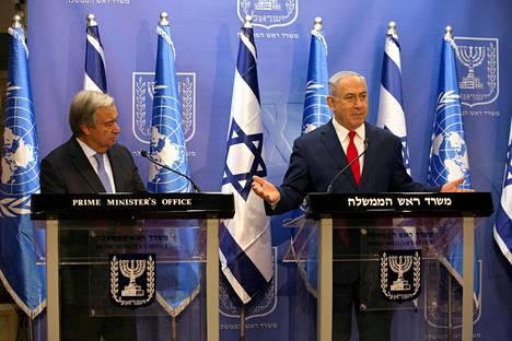 YK:n pääsihteeri Antonio Guterres (vas.) ja Israelin pääministeri Benjamin Netanyahu tapasivat Jerusalemissa maanantaina.