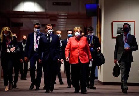 Ranskan presidentti Emmanuel Macron ja Saksan liittokansleri Angela Merkel saapuivat yhteiseen tiedotustilaisuuteen Brysselissä maanantaina.