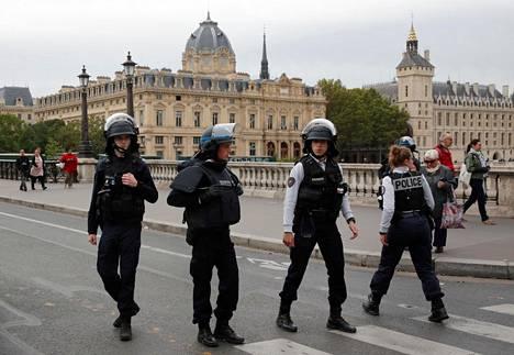 Poliist partioivat Pariisin poliisin päämajan edustalla keskiviikkona.