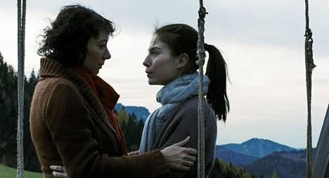 Sisarukset joutuvat pohtimaan vakavia asioita. Kuvassa Verena (Ursula Strauss) ja Sonja (Nora von Waldstätten).