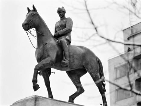 Veikko Leppäsen tekemä Mannerheimin ratsastajapatsas paljastettiin Lahdessa 1959.