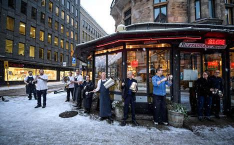 Ravintoloitsijat ja ravintolatyöntekijät osoittivat tammikuussa Tukholmassa mieltään Ruotsin hallituksen koronarajoituksia vastaan. Nyt maan hallitus odottaa Ruotsin talouskasvuun lisävauhtia loppuvuodesta.
