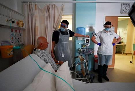 Toimintaterapeutit Jason Smith ja Grace Rowan avustivat covid-19-taudista toipuvaa Peter Dunnia.