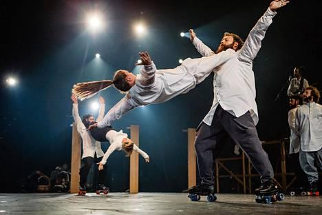 Akrobaattisessa tanssinumerossa tarvitaan rullaluistimia.