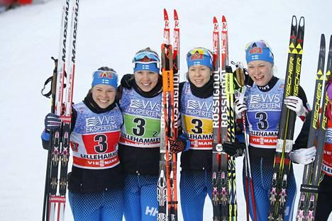 Suomen nelikko poseerasi hiihtojärjestyksessä Krista Pärmäkoski (vas.), Kerttu Niskanen, Laura Mononen ja Anne Kyllönen