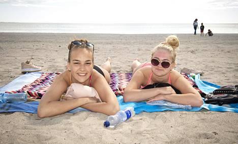 18-vuotiaat Anita Klaar ja Jane Haas odottavat turisteja. Ilman turisteja Pärnu on heidän mielestään ikävä paikka.