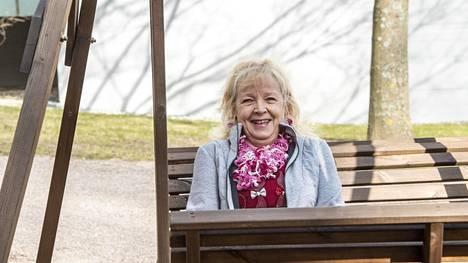 Liisa Pulkkinen odottaa, että pääsee tapaamaan muutaman viikon ikäisen lapsenlapsensa.
