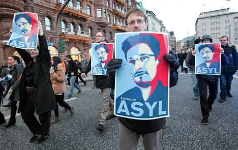 Saksalaismielenosoittajat vaativat Edward Snowdenille turvapaikkaa Hampurissa joulukuun lopussa.