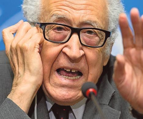 Lakhdar Brahimi vastasi toimittajien kysymyksiin 24. tammikuuta Genevessä.