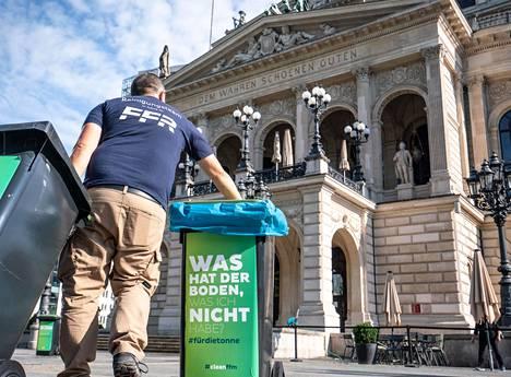 Frankfurtin kaupungin työntekijä siivosi ympäristöä oopperatalon edustalla yöllisten kahakoiden jälkeen.