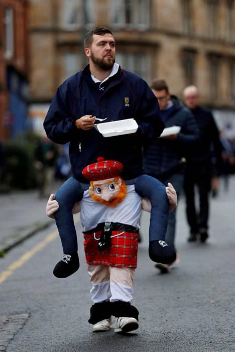 Skottilainen jalkapallofani ennen maanantain Skotlanti–Malta-MM-karsintaottelua Glasgow'ssa.