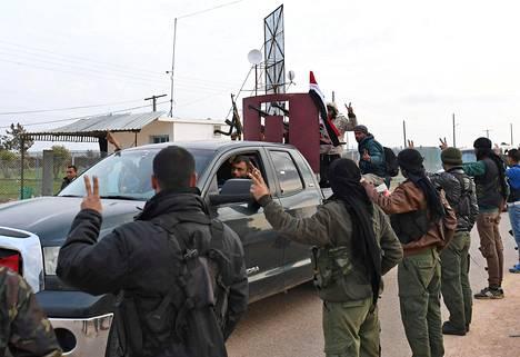 Kurditaistelijat toivottivat Syyrian hallintoa tukevat joukot tervetulleeksi Afriniin tiistaina.