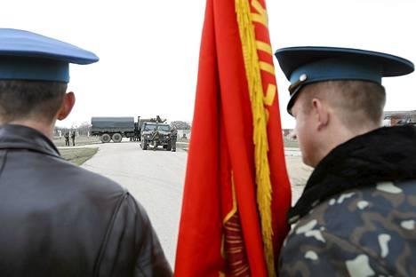Ukrainan sotilaat katselivat venäläisjoukkoja Belbekin lentokentällä tiistaina.