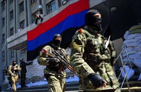 Venäjän-mieliset ripustivat niin kutsutun Donetskin kansantasavallan lippua Slovjanskin vallattuun hallintorakennukseen maanantaina.