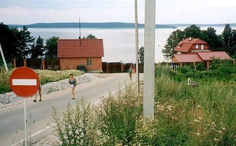 Vladimir Putinin ja hänen ystäviensä mökkiyhteisö sijaitsee Kiimajärvellä Karjalankannaksella. Oikealla näkyvän huvilan arvellaan olevan Putinin hallussa. Kuva on vuodelta 2001.