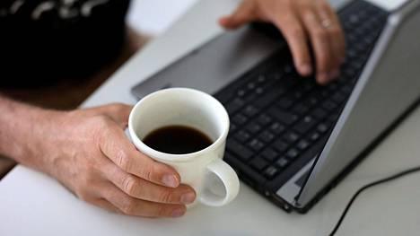 Kädet voivat rasittua, jos istuu koko päivän tietokoneen ääressä.