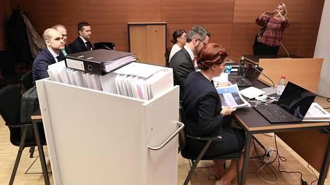Automaattimetron oikeudenkäyntin on koottu tuhansia dokumentteja. Siemensin asianajajilla oli asiakirjamapeille liikuteltava hyllykkö.