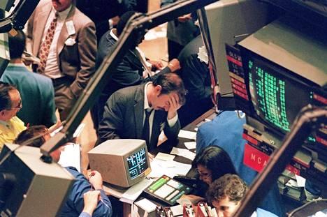 Paniikki New Yorkin pörssissä  19. lokakuuta 1987. Osakevälittäjät eivät olleet uskoa silmiään , kun osakkeet romahtivat mustana maanantaina 23 prosenttia.
