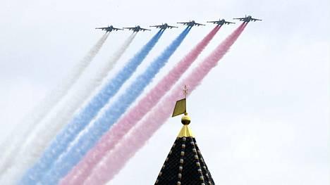 Hävittäjät värjäsivät taivaan Venäjän lipun väreillä Voiton päivän paraatin harjoituksissa Moskovassa maanantaina.