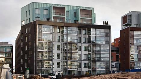 Helsingin Jätkäsaaressa sijaitsevassa uudessa kerrostalossa on havaittu kosteusvaurioita.