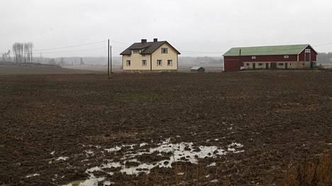 Talo on tyhjentynyt, mutta pellot sen ympäriltä yhä käytössä.