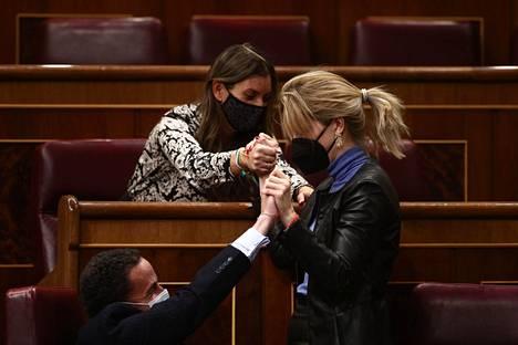Ciudadanos-puolueen kansanedustajia Espanjan parlamentissa Madridissa torstaina. Päivän asialistalla oli äänestys eutanasian sallivasta laista.