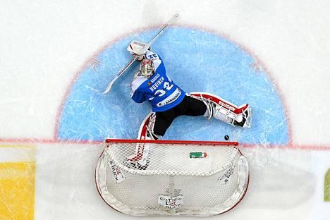 Sebastian Erixonin laukoma kiekko painui Niko Hovvisen selän taakse ja Ruotsi voitti Suomen 3-2 sunnuntaina pelatussa ottelussa.