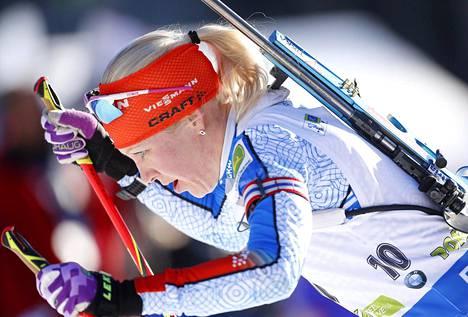 Kolmanneksi Pokljukan maailmancupin kilpailussa sijoittunut Kaisa Mäkäräinen lähdössä viimeiseltä ammuntapaikalta.