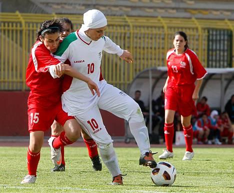 Palestiinan Issra Alzabon (vas.) taisteli pallosta Iranin Niloofar Ardalanin kanssa vuoden 2012 olympialaisten naisten jalkapallon karsintaottelussa Zarqassa Jordaniassa maaliskuussa 2011.