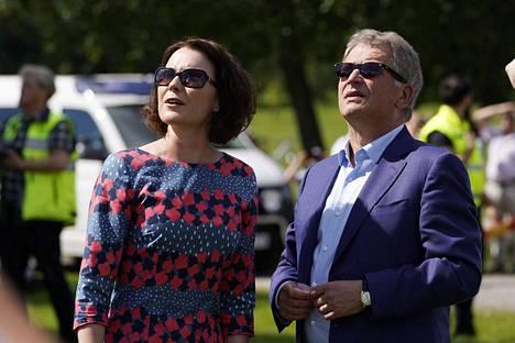 Sauli Niinistö ja Jenni Haukio nautiskelivat kesälle 2017 harvinaisesta aurinkoisesta kesäsäästä heinäkuussa Porissa.
