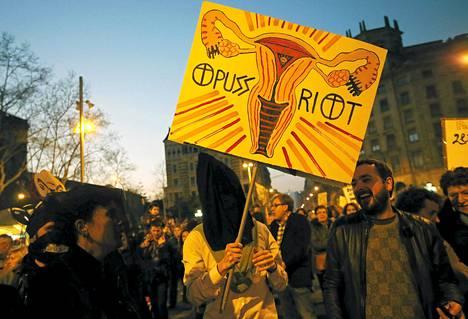 Mielenosoittajat vastustivat suunnitteilla olevaa aborttilakia Barcelonassa maaliskuun alussa.