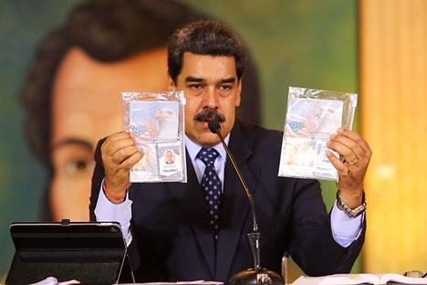 Venezuelan presidentti Nicolás Maduro esitteli pidätettyjen yhdysvaltalaisten henkilöpapereita presidentinpalatsissa Caracasissa maanantaina.