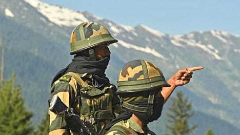 Intian rajavartijat valvoivat maantietä Kiinan rajan tuntumassa Ladakhin alueella Kashmirissa keskiviikkona.