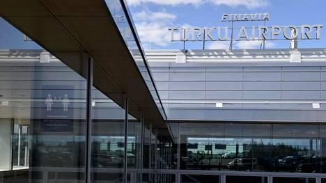 Turvaväleistä muistuttavia ohje Turun lentoasemalla tiistaina.