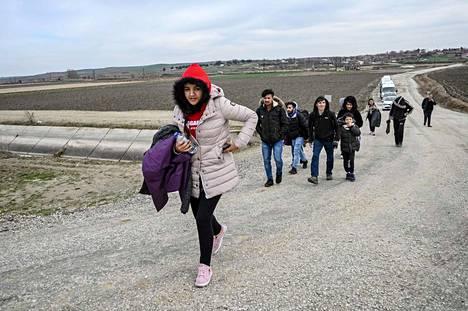 Afganistanilaisia pakolaisia käveli perjantaina Turkissa kohti Kreikan-vastaista rajaa.