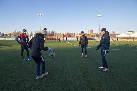 Oululaiset jalkapalloilijat järjestivät omatoimiset harjoitukset Oulun Heinäpään tekonurmella 16. maaliskuuta.