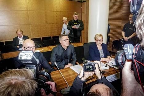 Jari Aarnio asianajajineen Helsingin hovioikeuden istunnossa.