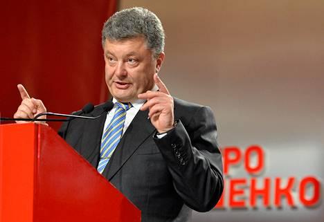 Petro Porošenko piti ovensuukyselyiden tulosten tultua tiedotustilaisuuden Kievissä.