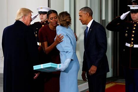 Presidentti Barack Obama ja hänen Michelle-vaimonsa kutsuivat Donald Trumpin ja tämän Melania-vaimon Valkoiseen taloon teelle 20. tammikuuta 2017 Trumpin virkaanastujaisten alla.