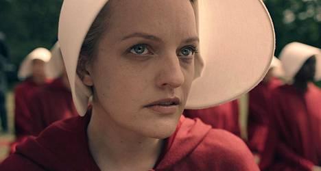 Frediläinen (Elisabeth Moss), oikealta nimeltään June, on orjatar.
