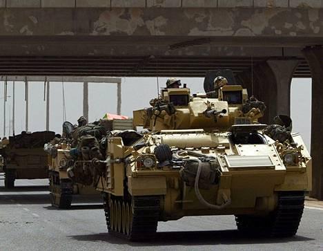 Britannian armeijan tankit matkasivat Etelä-Irakiin Basran kaupunkiin maaliskuussa 2003.